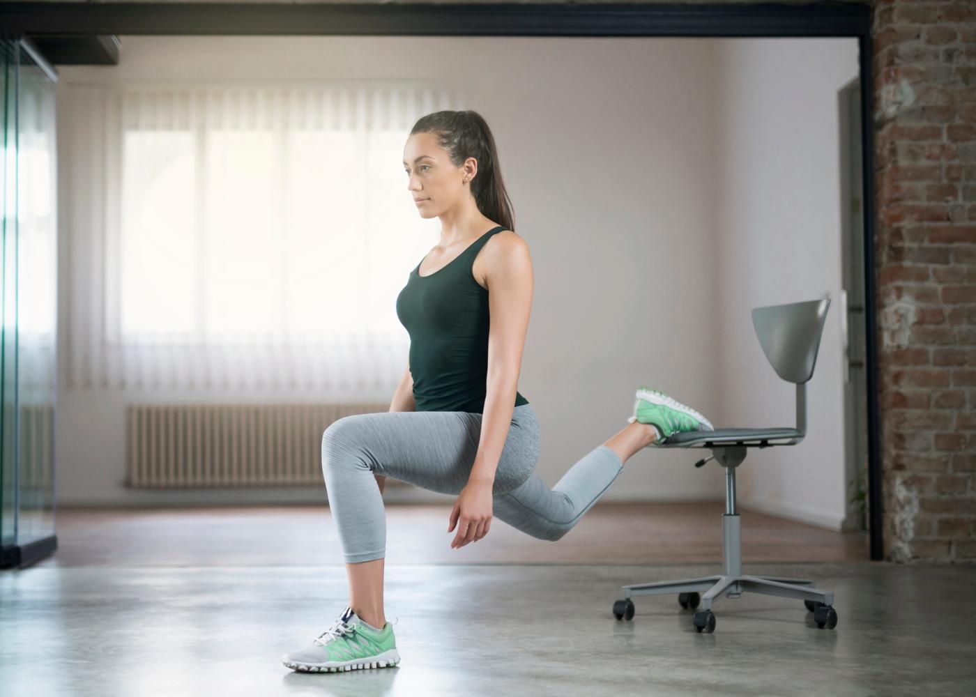 Mulher a fazer exercício de Bulgarian Split Squat em casa