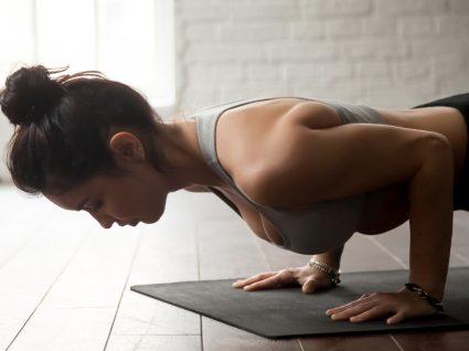 Mulher a fazer exercícios de Tabata em casa