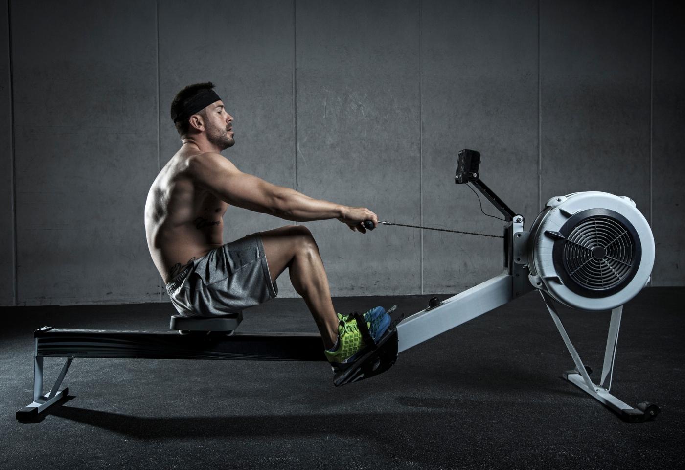Homem a fazer exercício de Rowning em aula de Crossfit