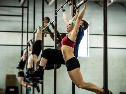 Principais erros em exercícios de crossfit: grupo a treinar no ginásio