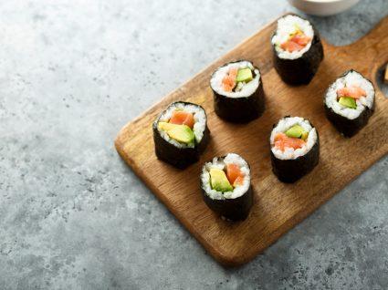 tabuleiro com peças de sushi
