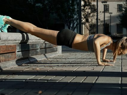 Mulher a fazer treino Tabata na rua
