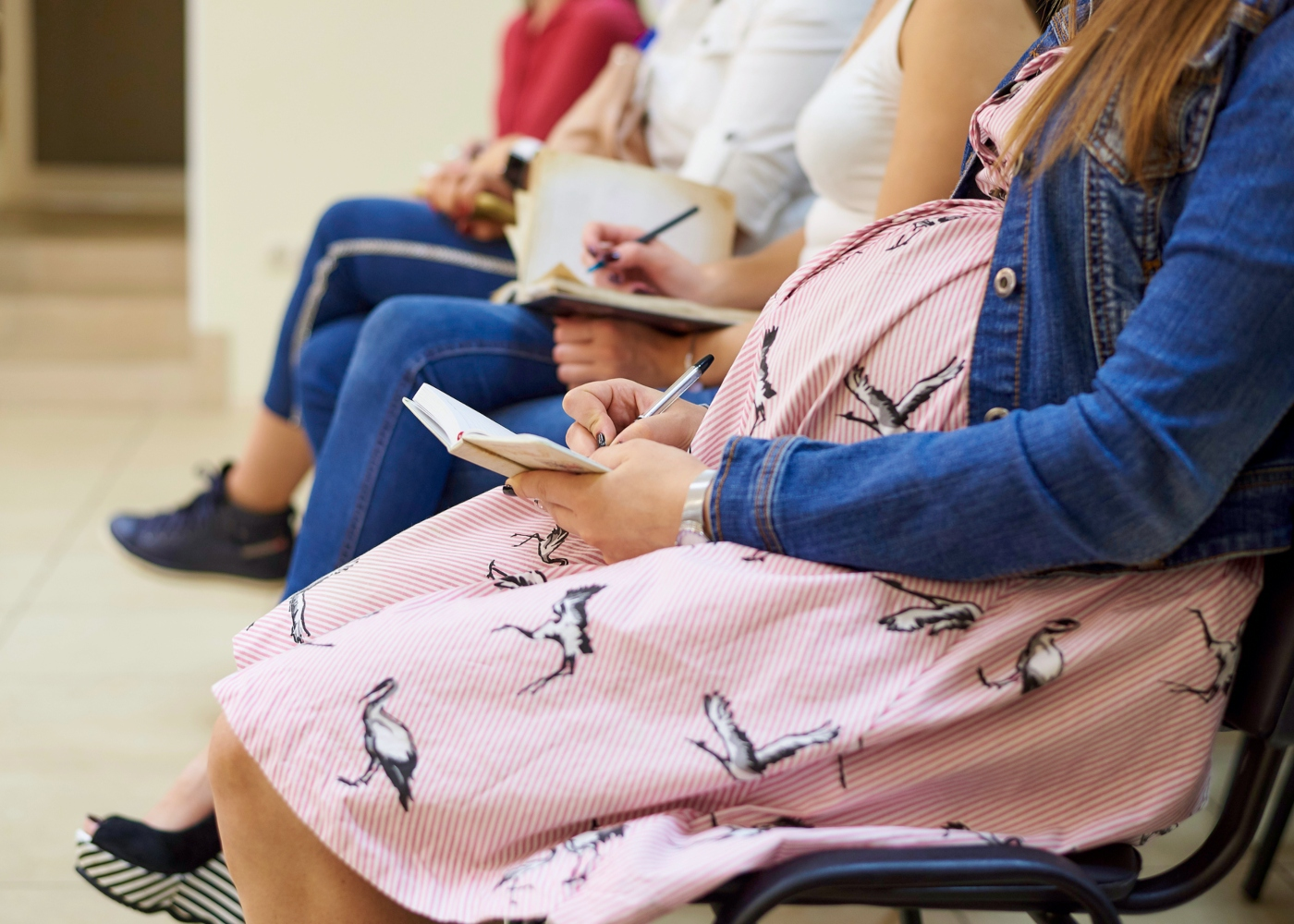 Grávida numa aula de preparação para o parto