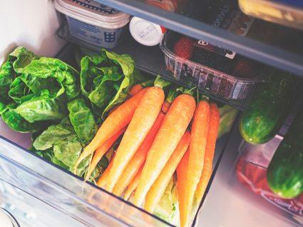 Armazenamento de alimentos no frigorífico: legumes numa gaveta