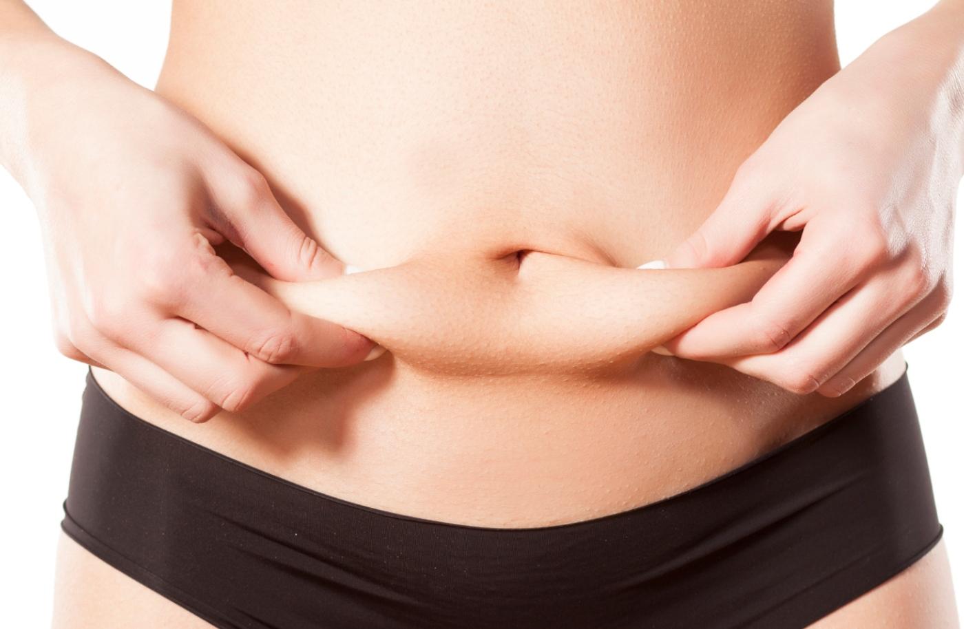 Perder peso é sinónimo de perder gordura: mulher a avaliar o seu IMC