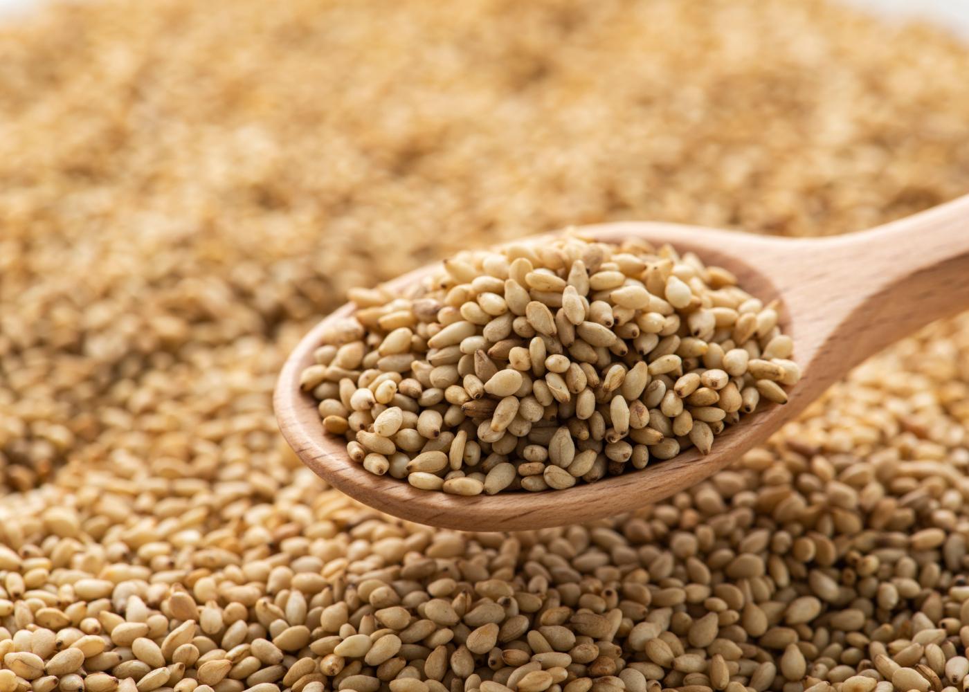 sementes de sesamo numa colher