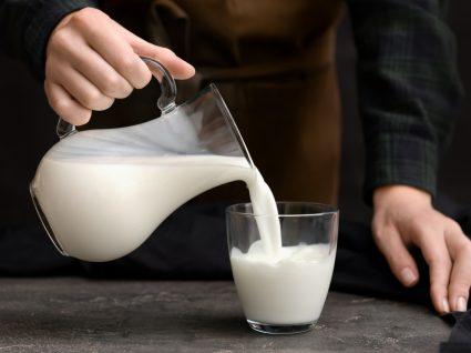 Homem a servir-se de copo de leite