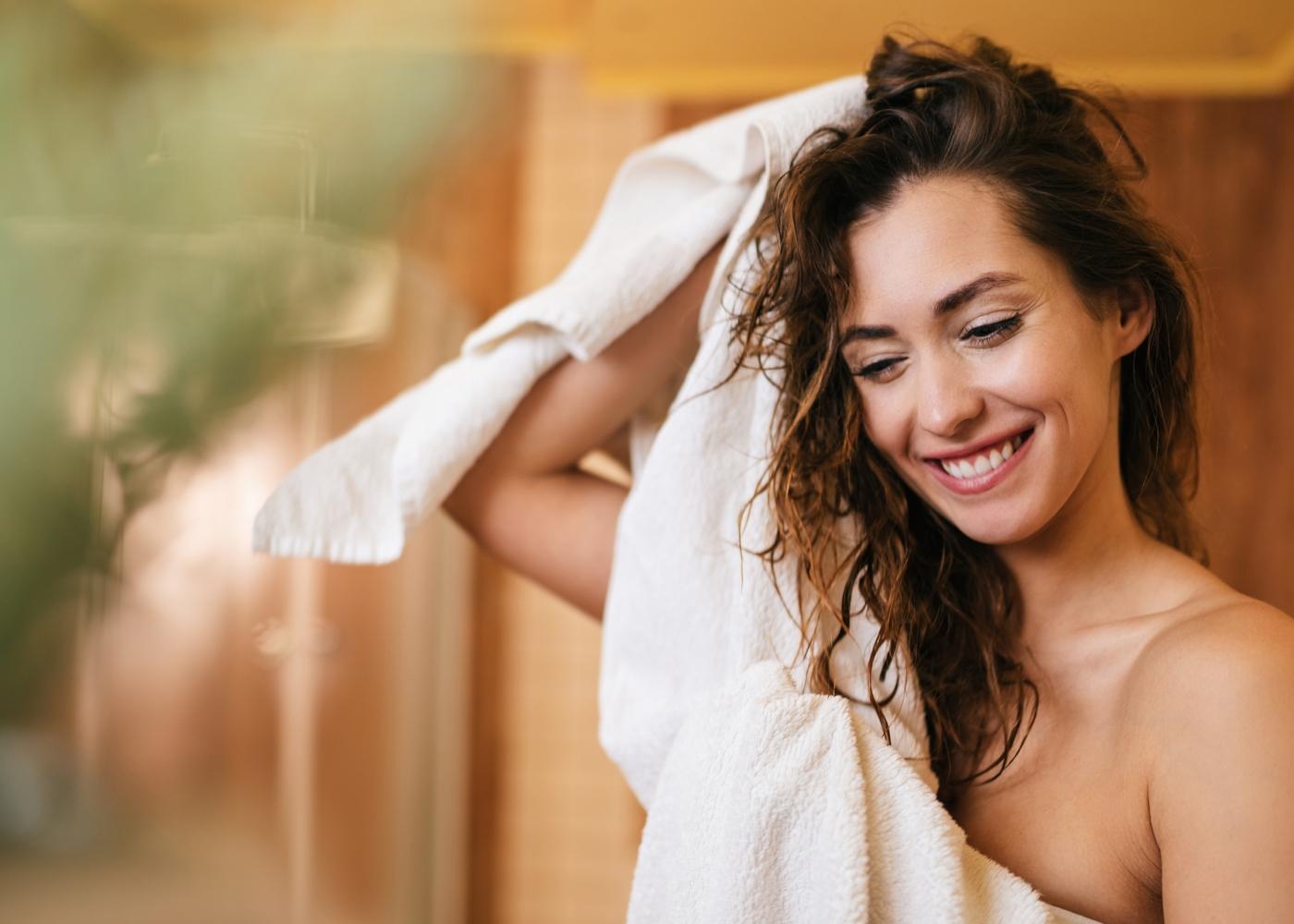 Mulher a tratar da hidratação do cabelo