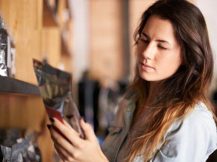 Mulher a ler informação nutricional de alimento