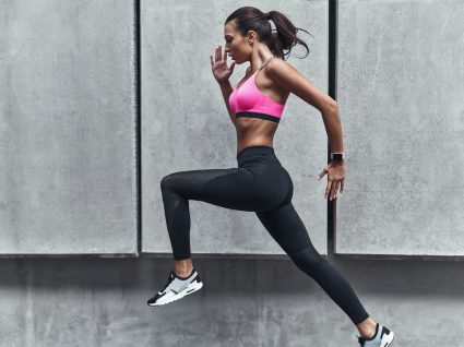 Resistência física: mulher a correr