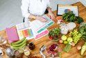 Nutricionista a tracar plano alimentar alimentos ricos em proteina