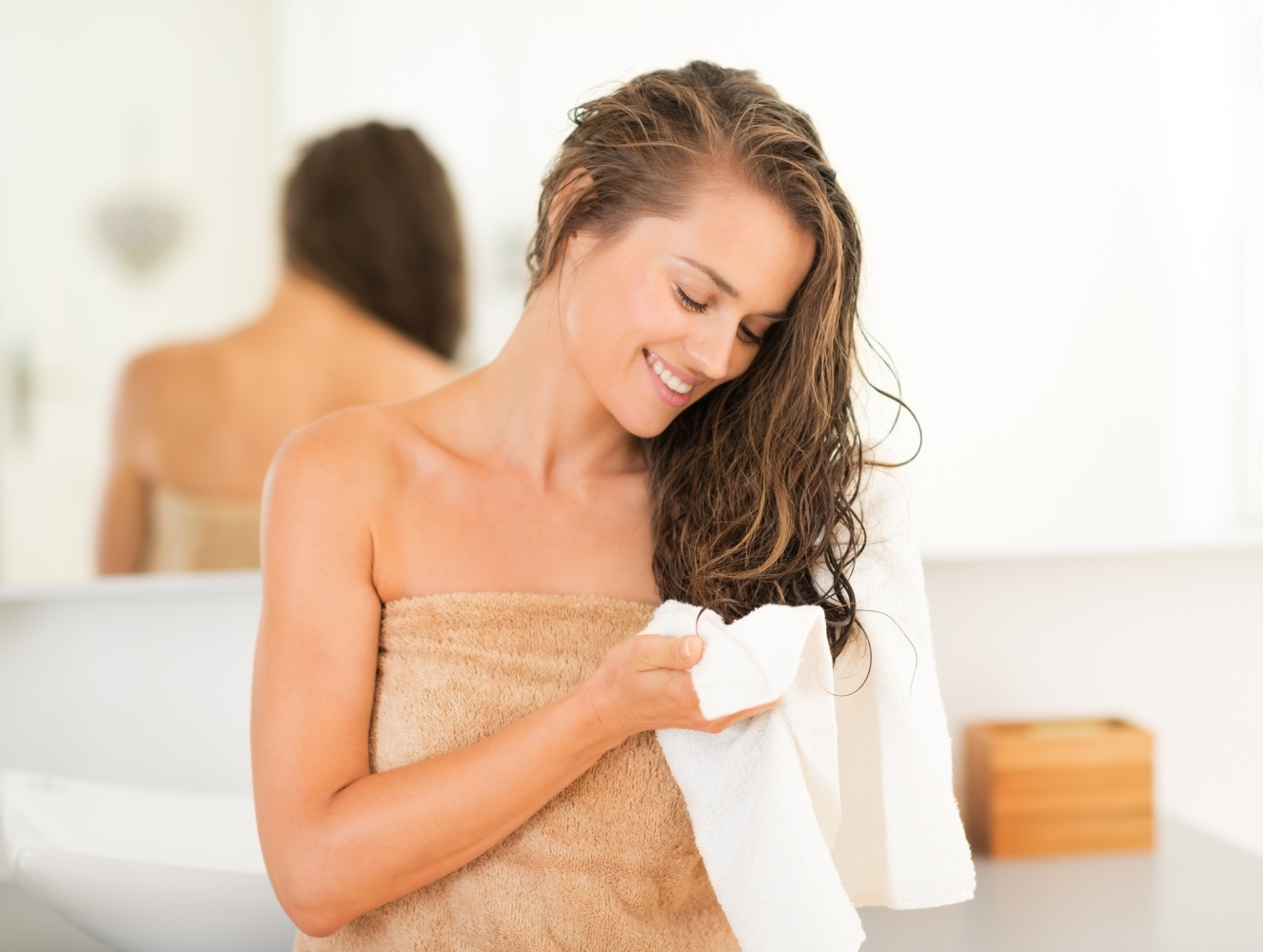 jovem-com-cabelo-molhado-após-banho