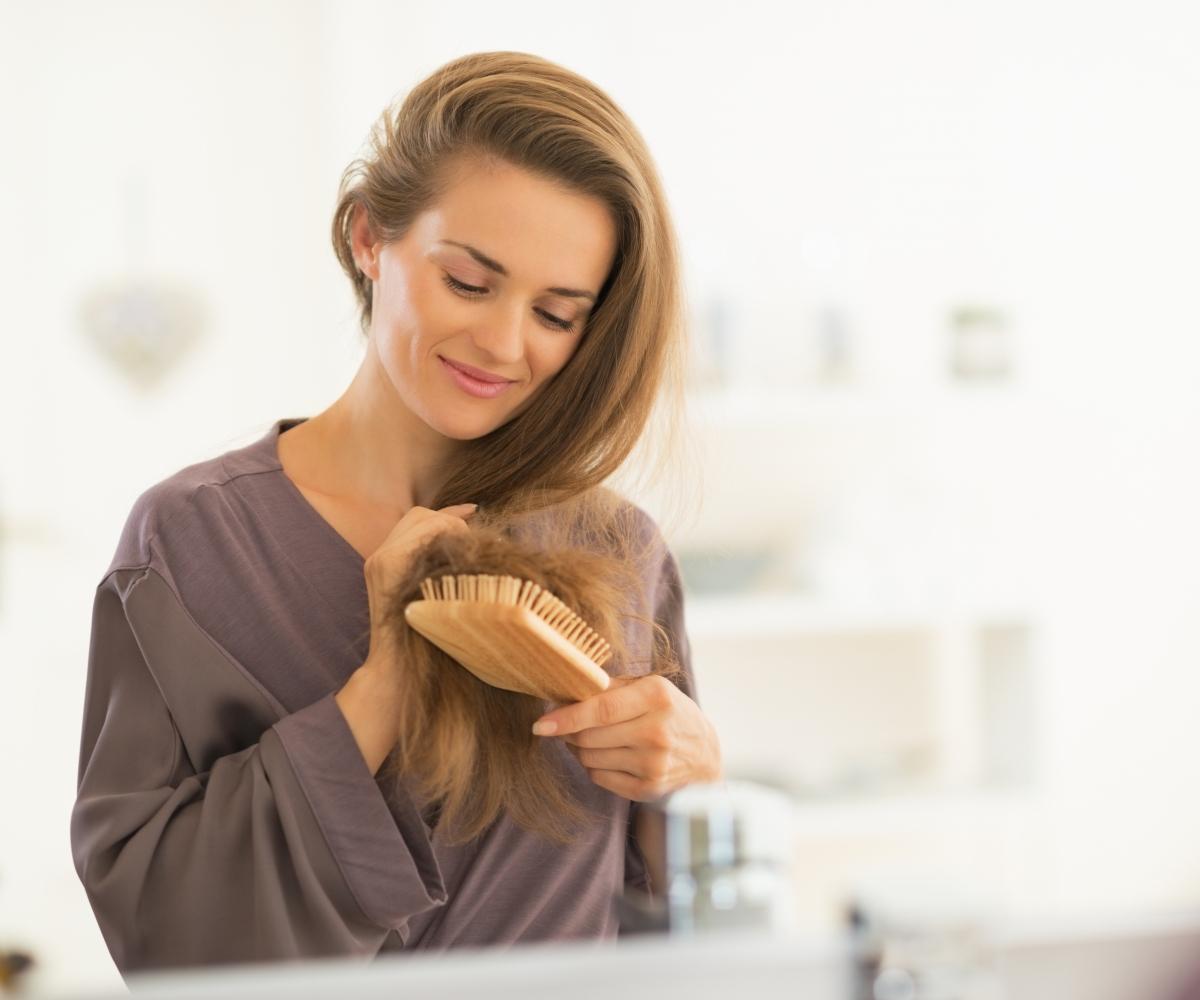 mulher a escovar o cabelo