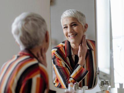 Mulher a aplicar creme anti-idade