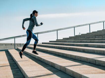 Mulher a correr pela cidade