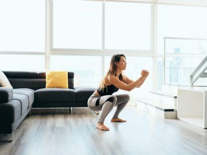 Mulher a fazer treino sem equipamento em casa