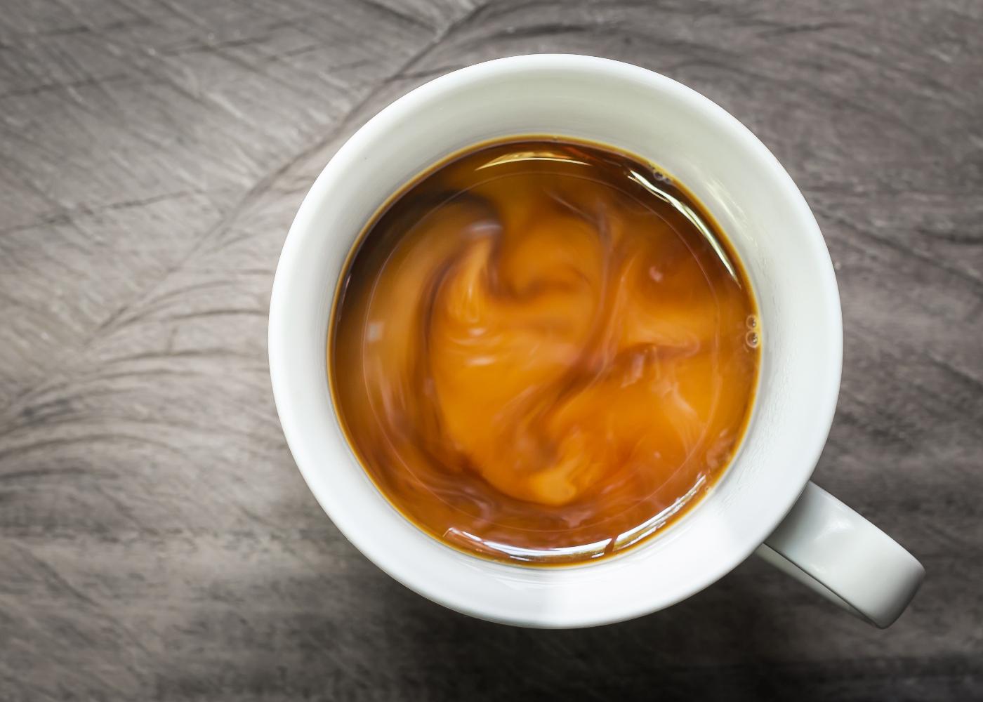 chávena de café em mesa de madeira