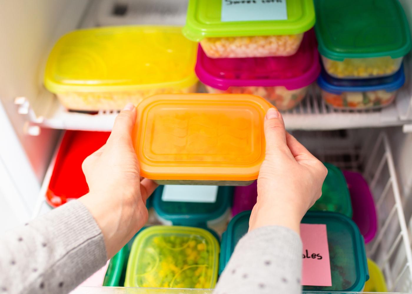 Mulher a identificar os alimentos que congela