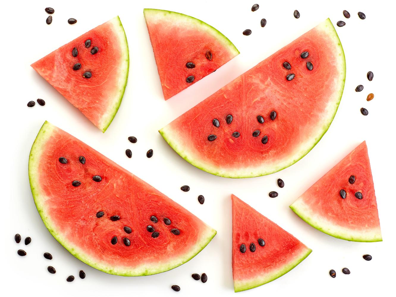fatias de melancia em fundo branco