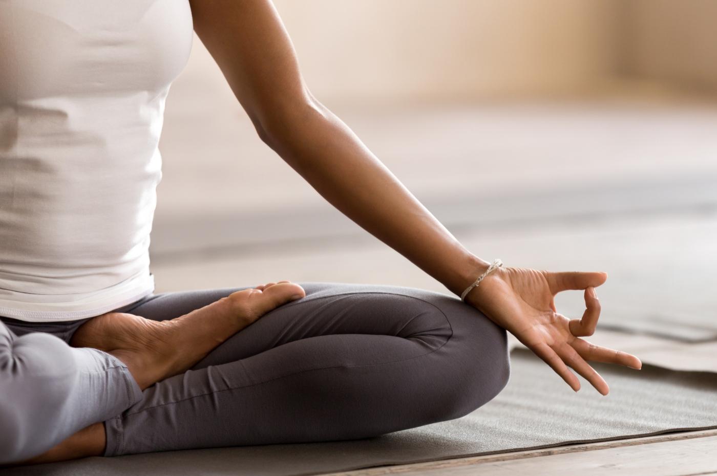 Retiros espirituais: mulher a fazer meditação