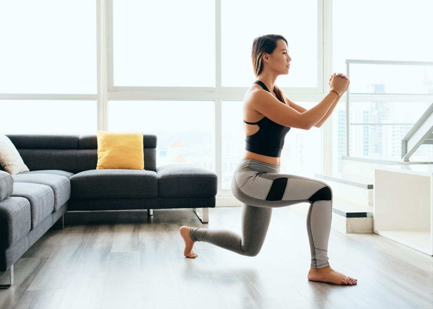 Exercícios de glúteos para fazer em casa: mulher a fazer reverse lunge