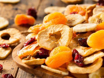 Fruta desidratada num prato