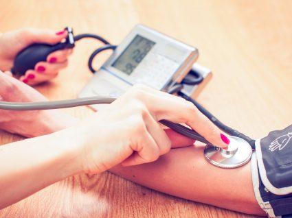 Mulher a medir valores da tensão arterial