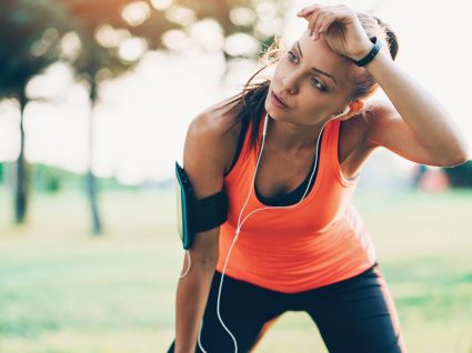 Mulher a fazer exercício físico para acelerar o metabolismo