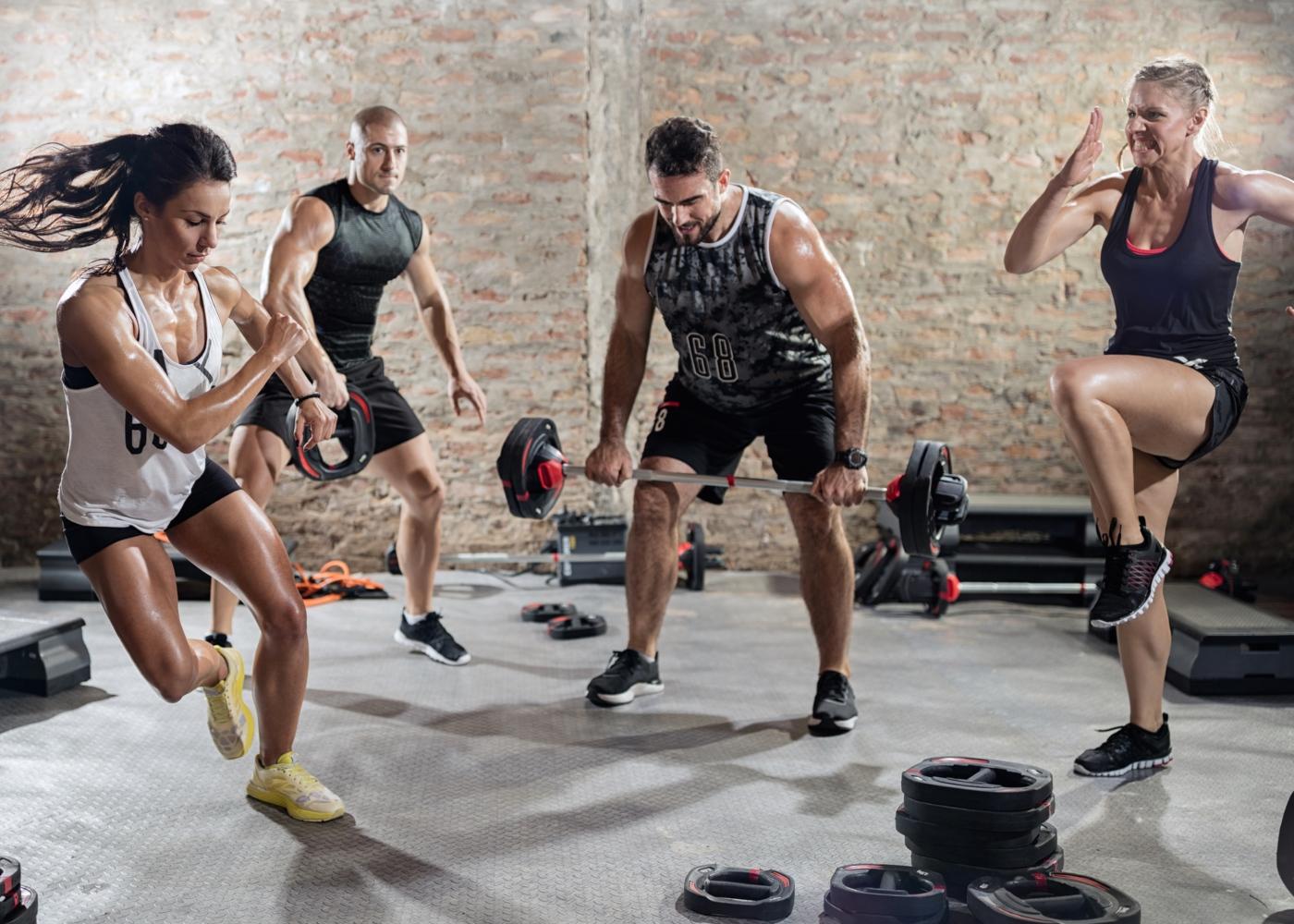 Grupo de pessoas a treinar num ginásio