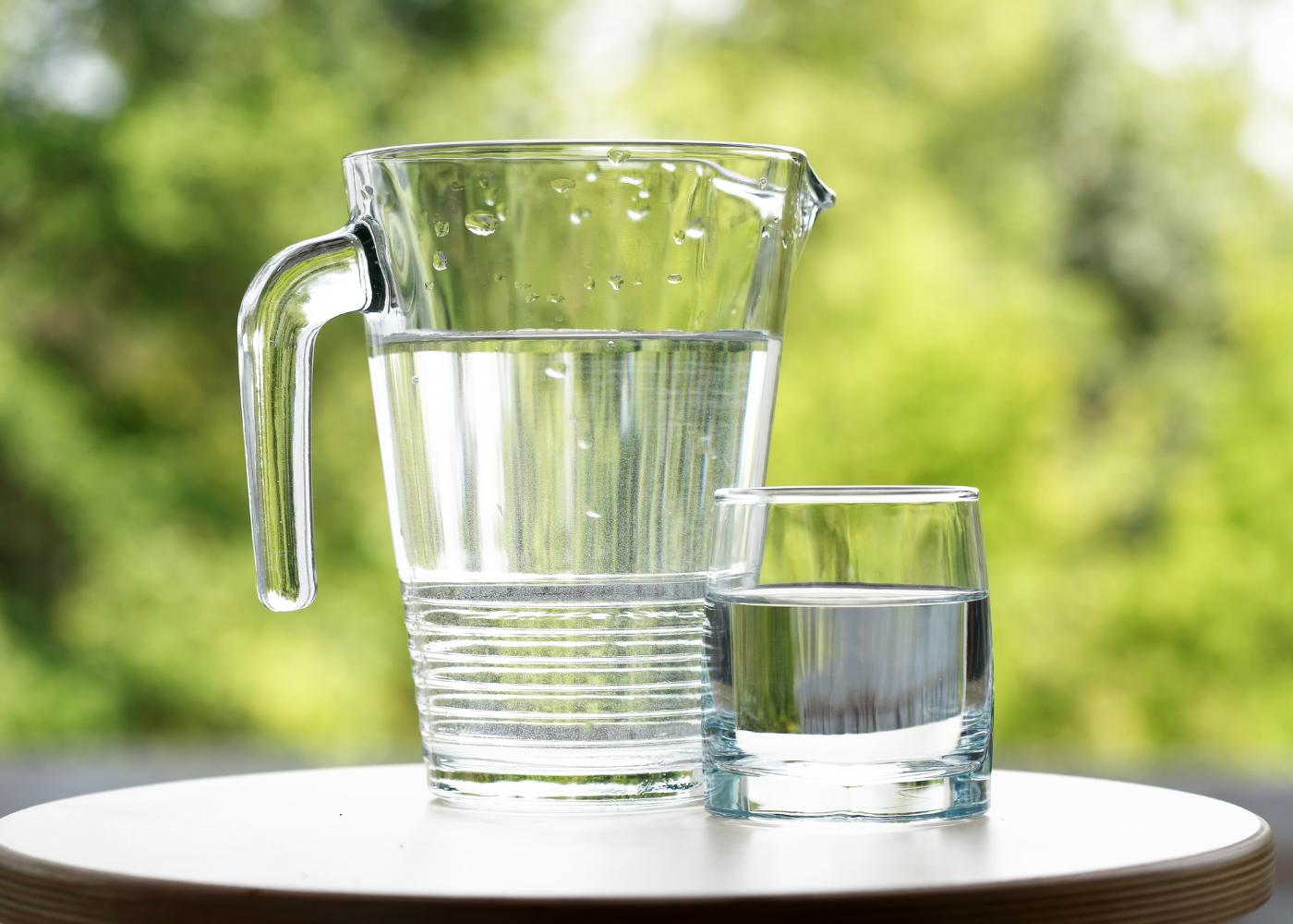 jarro de água com copo de água