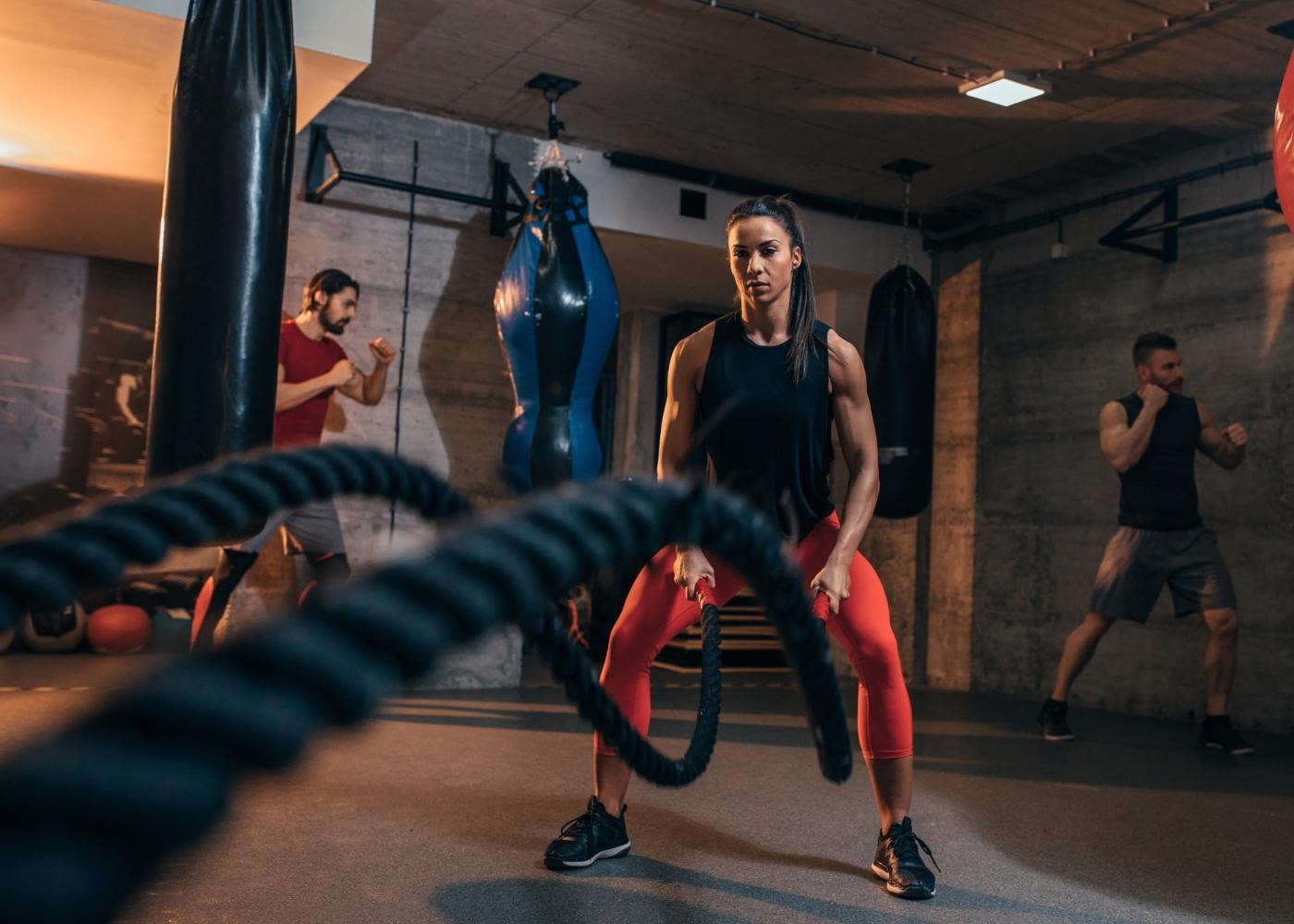 Pessoas a treinar num ginásio