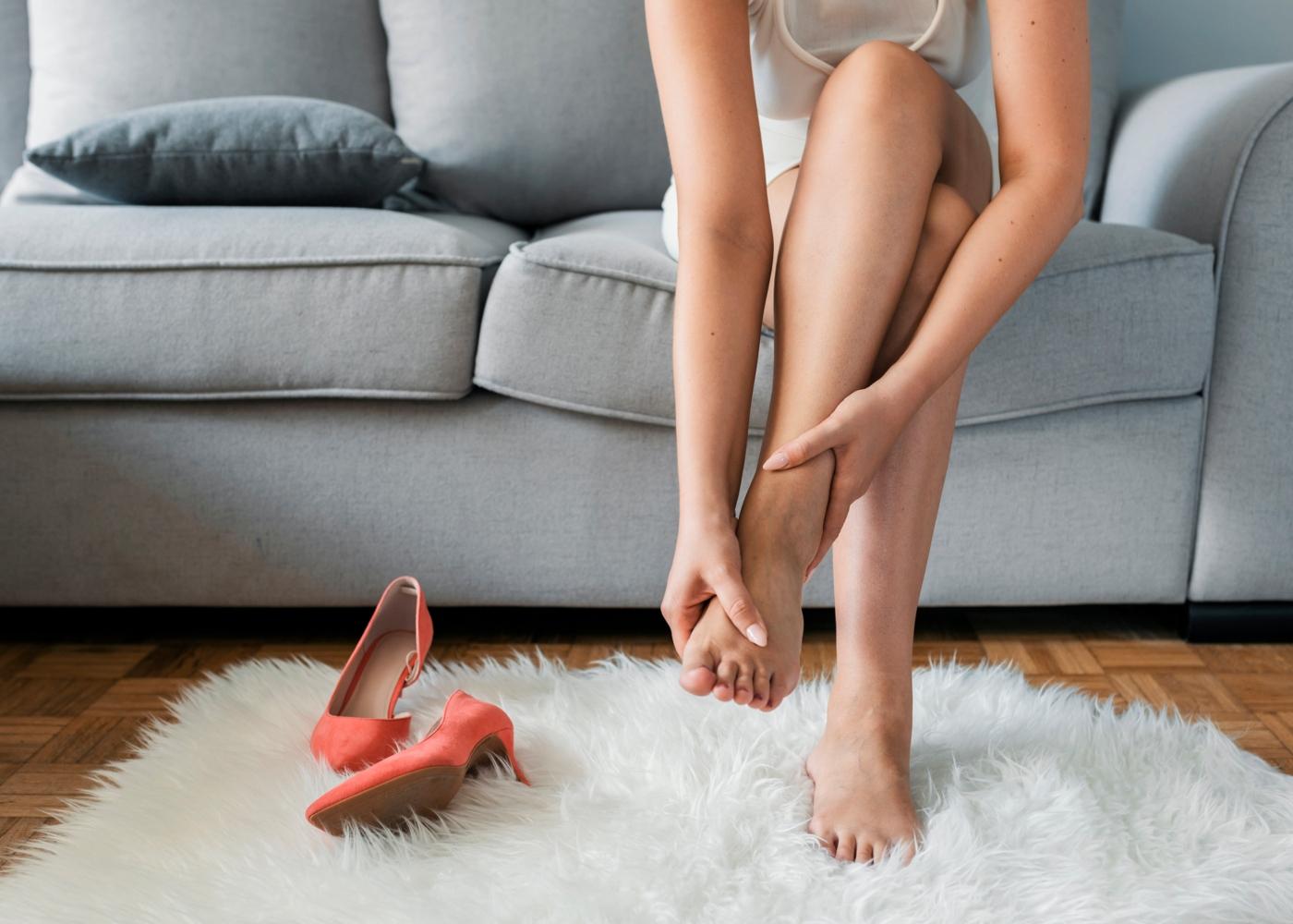 Mulher com sintomas de retenção de líquidos nas pernas