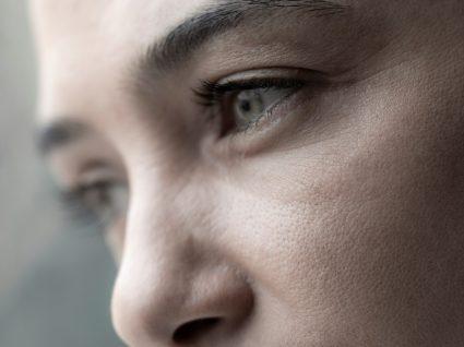 Ansiedade: mulher pensativa a olhar pela janela