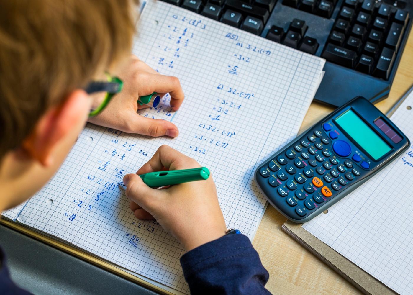 Estudante a utilizar calculadora científica