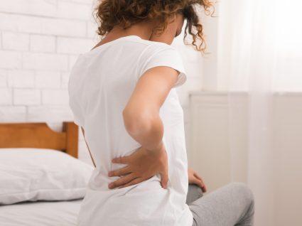 Mulher com dor nas costas no lado esquerdo