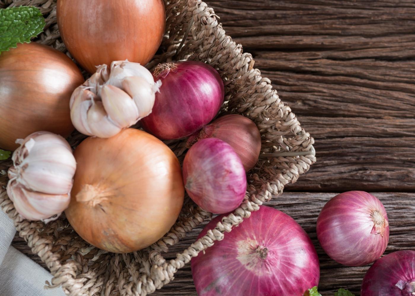 Coisas que não deve guardar no seu frigorífico: alhos e cebolas