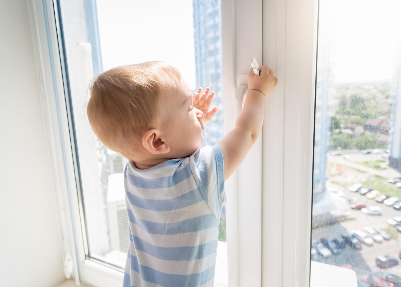 bebé em perigo a mexer na janela