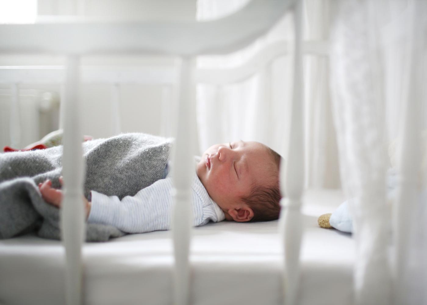 bebé no berço a dormir