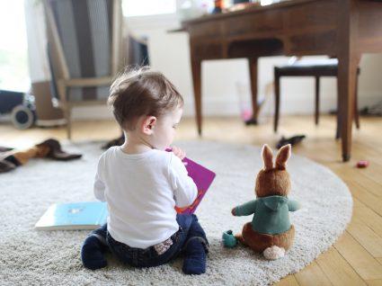 bebé no chão de casa a brincar