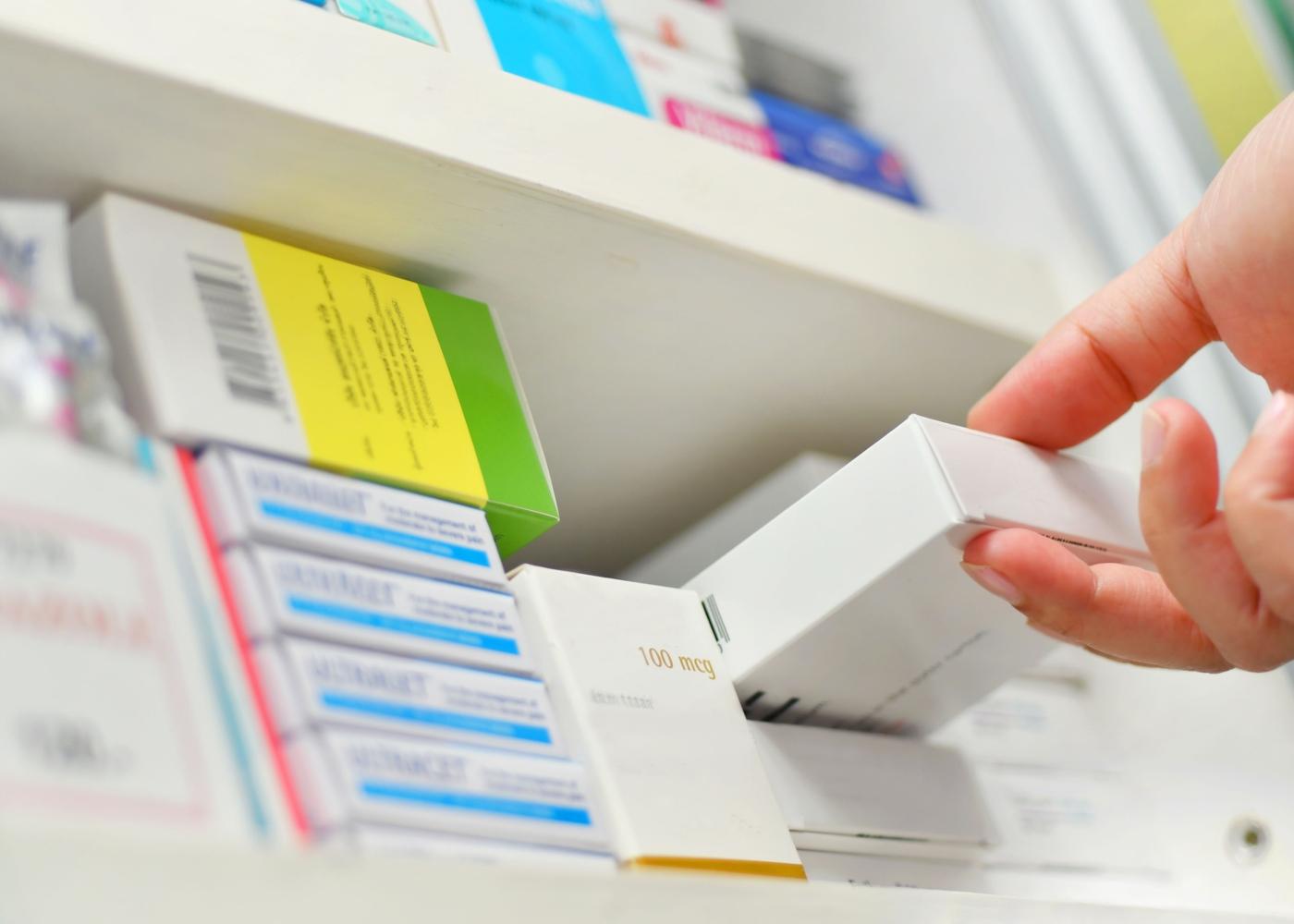 Farmacêutica a vender antibiótico