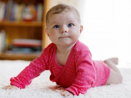 Bebé de 4 meses a gatinhar
