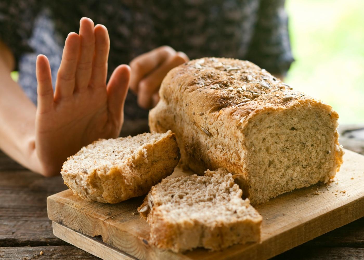 Sensibilidade ao glúten: mulher a rejeitar comer pão