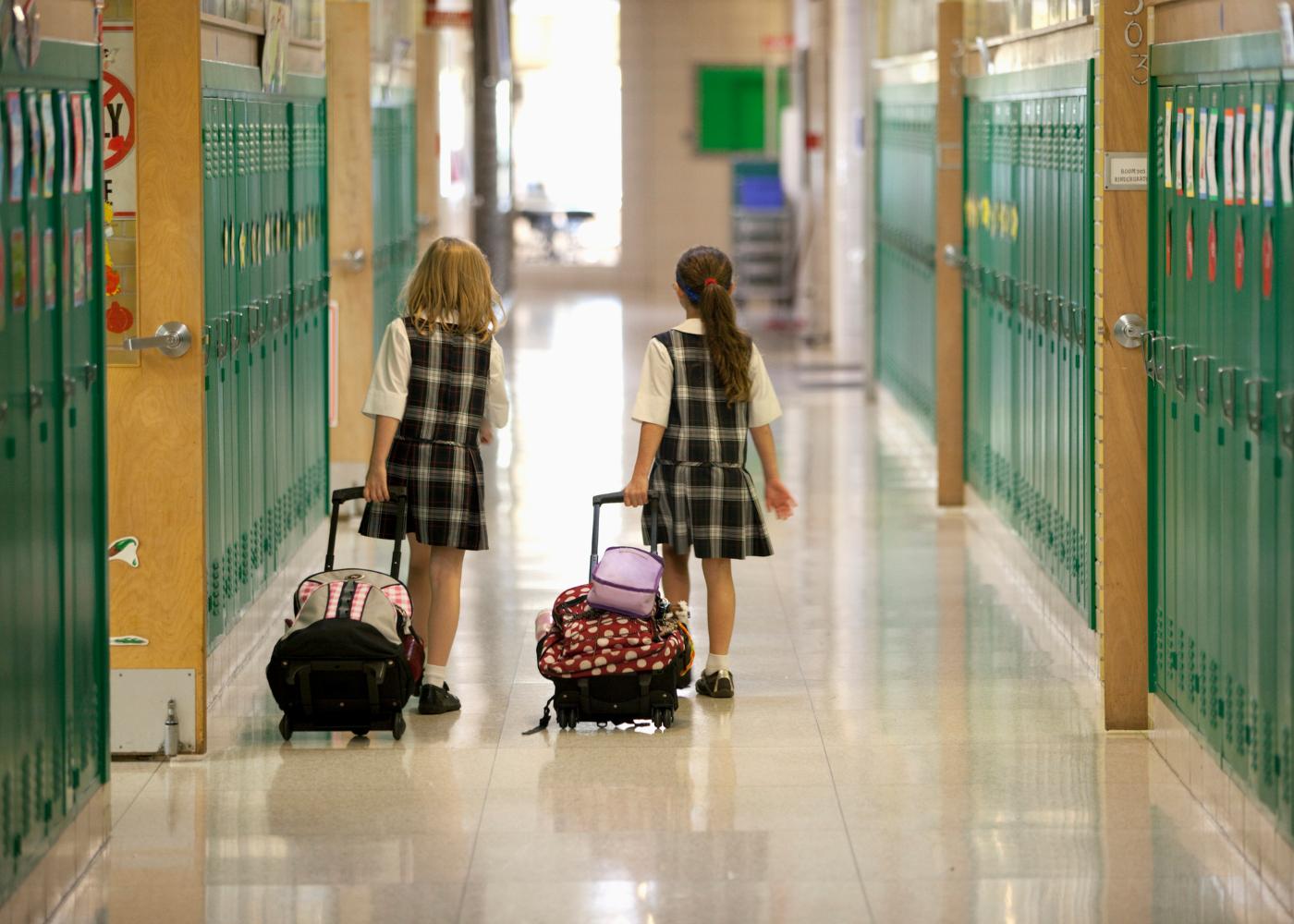 meninas na escola com trolley
