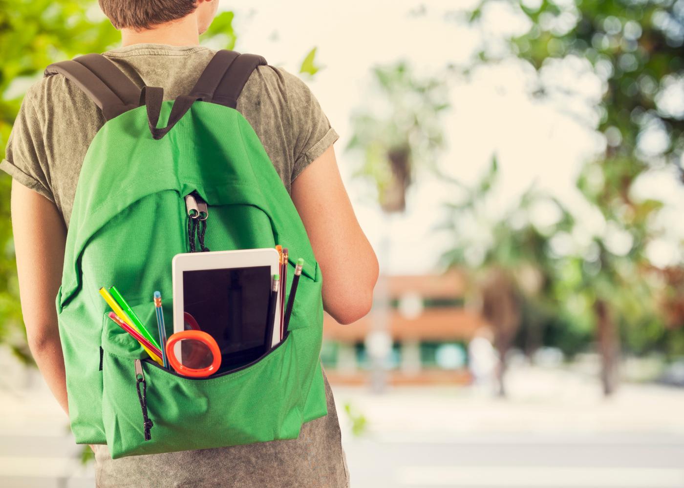 rapaz com mochila pesada nas costas
