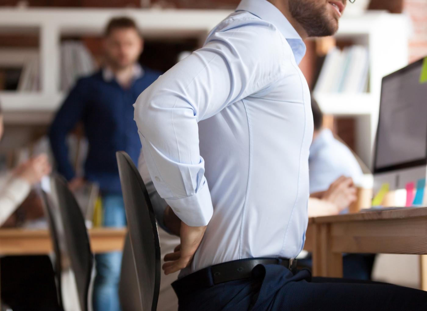 espondilite anquilosante: homem com dores nas costas