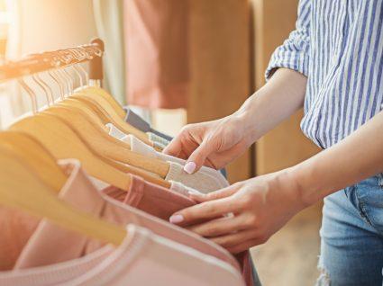 Mulher a comprar roupas para revenda