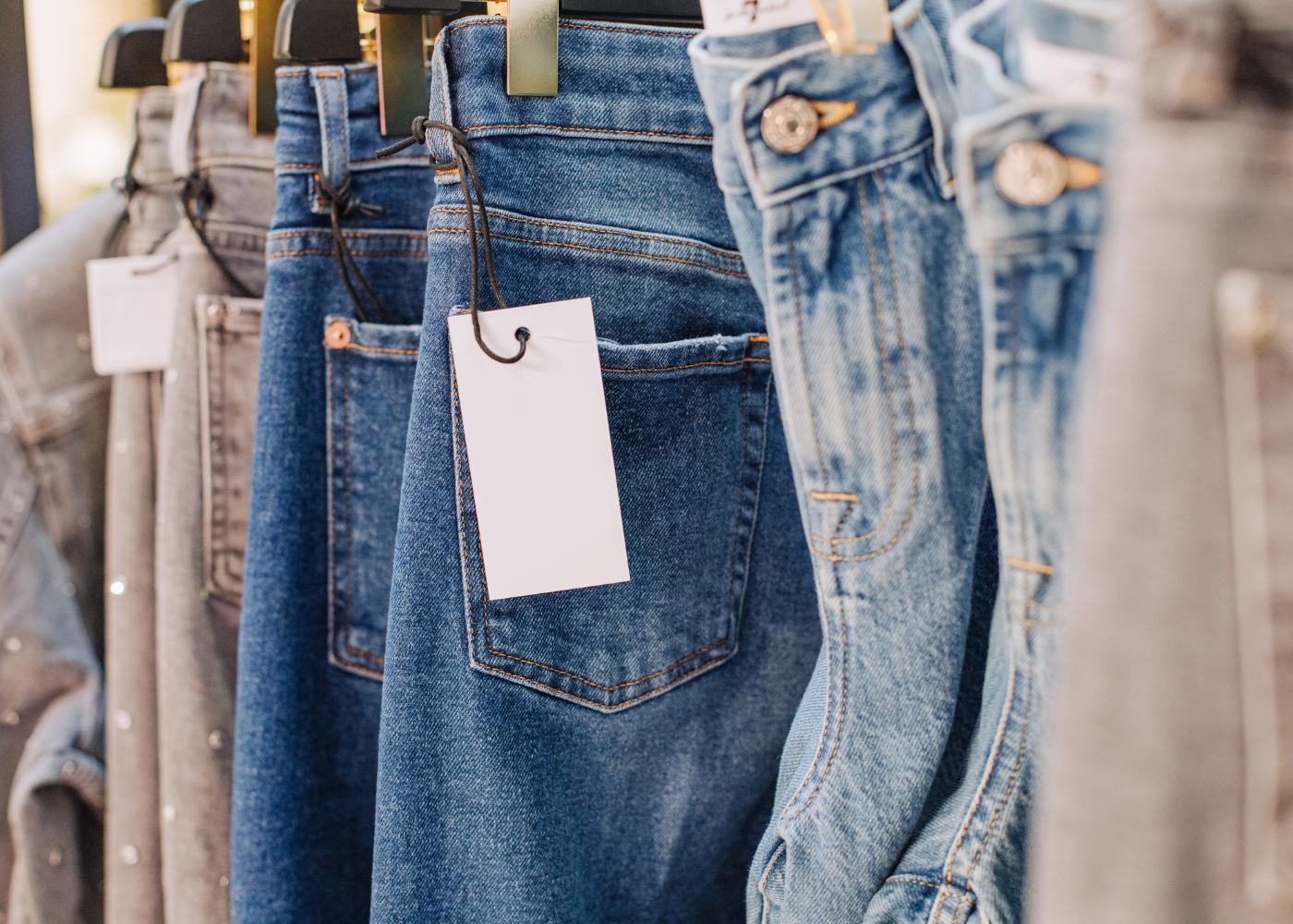calças de ganga em cabide
