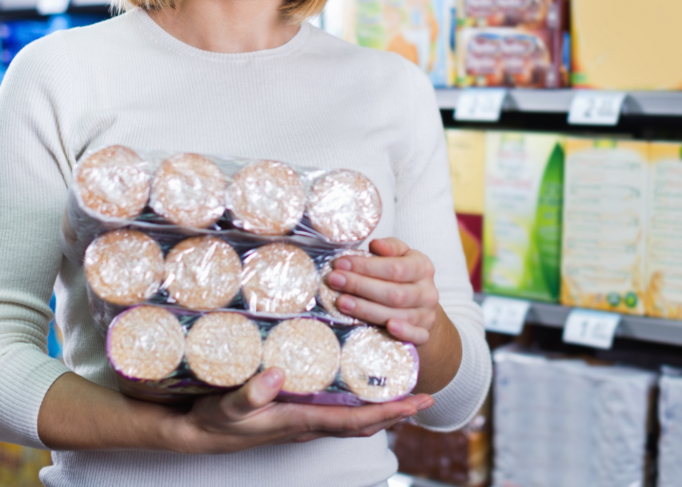 Mulher a comprar bolachas no supermercado