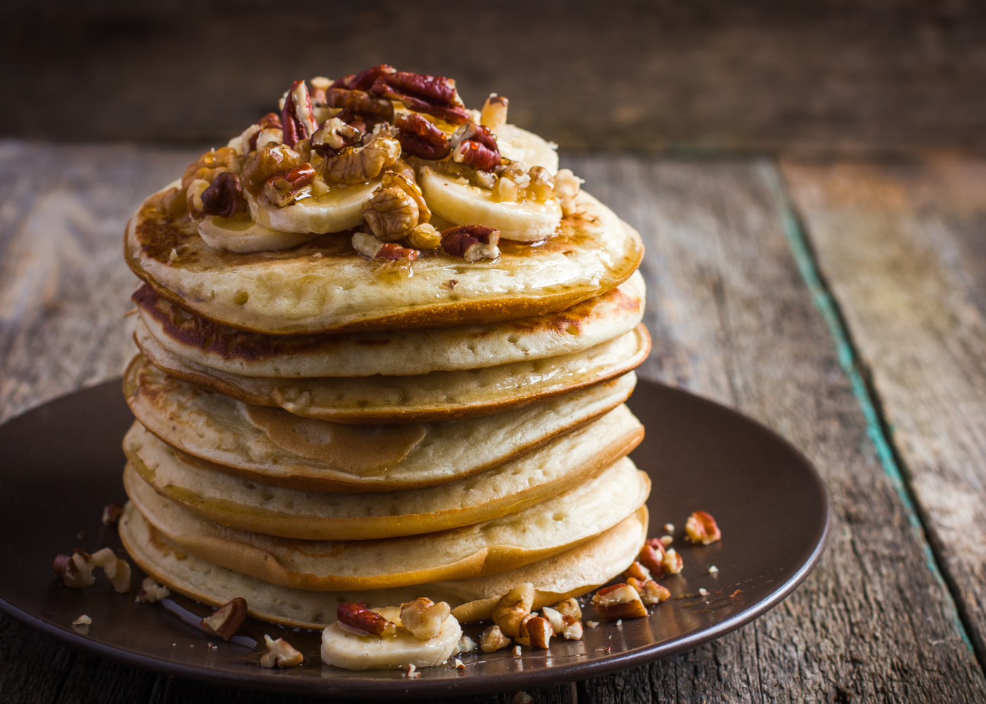 panquecas com topping de nozes, mel e banana