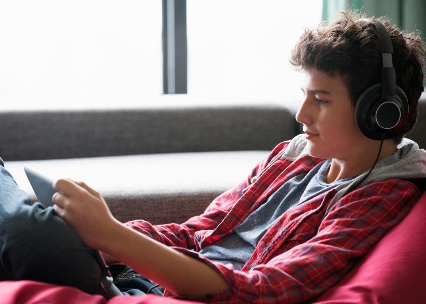 Adolescente a ouvir música com headphones